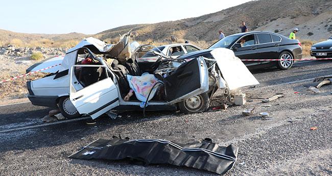 Aksaray'da otomobil tıra çarptı: 2 ölü, 3 yaralı
