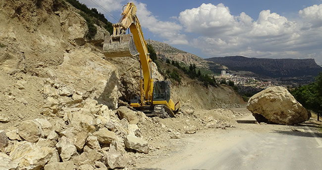 Karaman'da kepçenin üzerine 30 tonluk kaya düştü