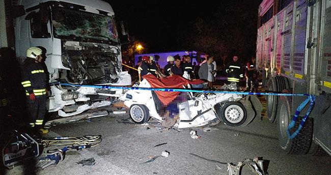 Konya'da feci kaza: Kamyonun halatla çektiği otomobile tır çaptı: 3 ölü, 2 yaralı