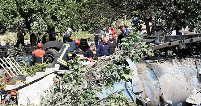 Kayseri'de kanal açma aracı evin üzerine devrildi