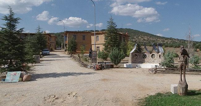 """Kerpiç evleriyle büyüleyen Konya'daki """"sanatçı köyü""""ne ilgi artıyor"""