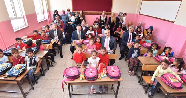 Karatay Belediyesi'nden öğrencilere çanta ve kırtasiye desteği
