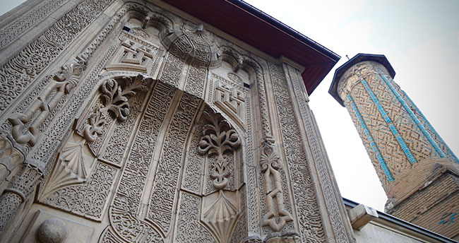 Konya'daki İnce Minareli Medrese mimarisiyle ziyaretçilerini cezbediyor