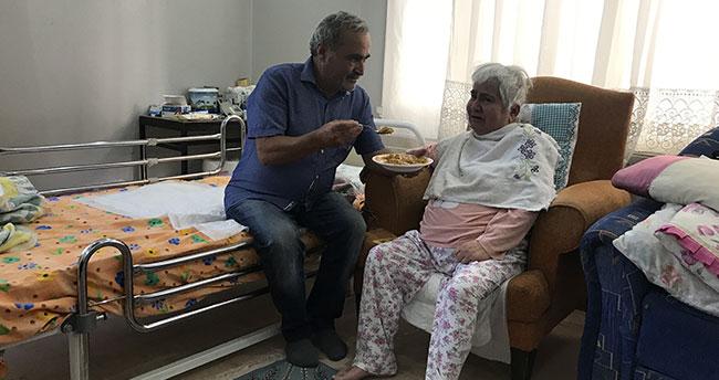 Konya'da örnek alınacak vefakar koca! Yatağa bağımlı eşine gözü gibi bakıyor