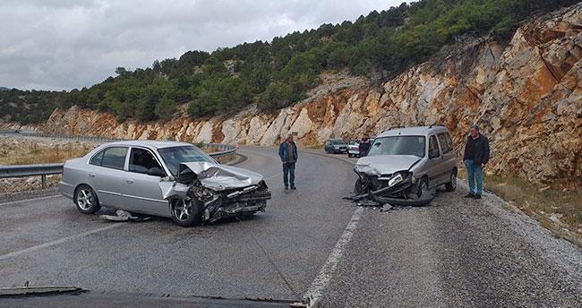 Konya'da hafif ticari araçla otomobil çarpıştı: 4 yaralı