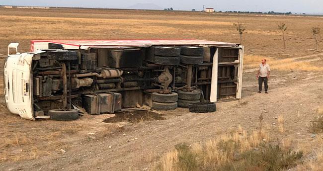 Ev eşyası taşıyan kamyon devrildi