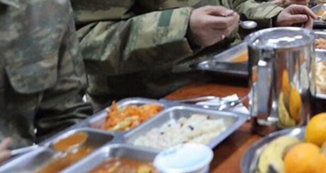 50 asker yemekten zehirlendi
