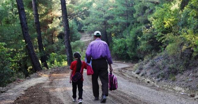 Kızı okula daha rahat gidebilsin diye 20 bin lira borçla 4 kilometrelik yol yapan baba