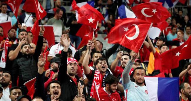 A Milli Takımımıza büyük destek! Paris kırmızı-beyaz