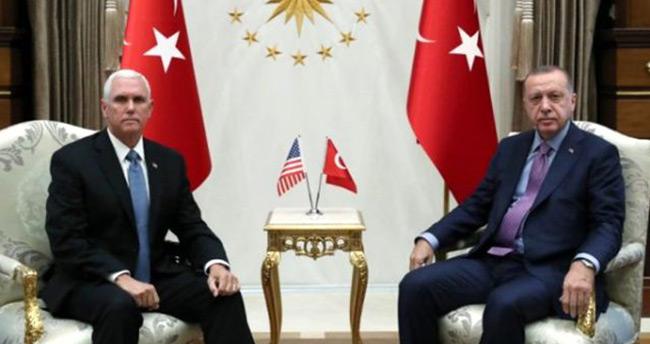 Pence ile Erdoğan görüşmesinde dikkat çeken anlar! Pence sarılmak istedi Erdoğan sadece tokalaştı