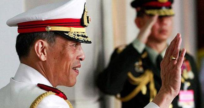 Tayland Kralı Vajiralongkorn, karısının önünde baş metresi ilan ettiği kadın tarafından aldatıldı