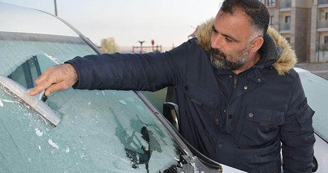 Sarıkamış'ta soğuktan araçların camları dondu