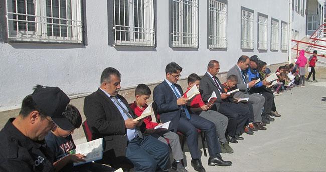 Kaymakam öğrencilerle okul bahçesinde kitap okudu