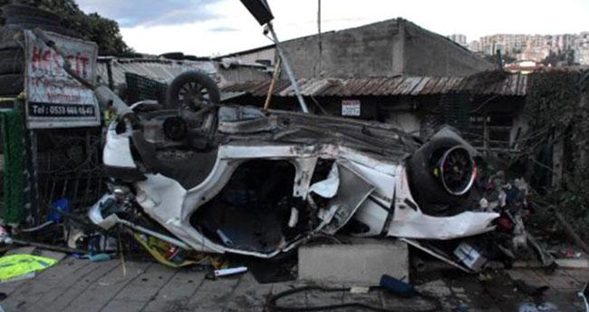 Sürücüsünün aşırı hız yaptığı otomobil, ağaca çarpıp, takla attı: 2 ölü, 1 yaralı