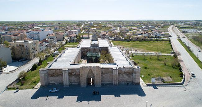 Konya-Kayseri kara yolu üzerinde ihtişamıyla bir Selçuklu mirası: Sultanhanı