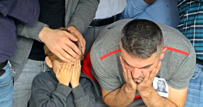 Günün en acı görüntüsü! Küçük Mustafa annesinin cenaze namazını babasıyla birlikte kıldı