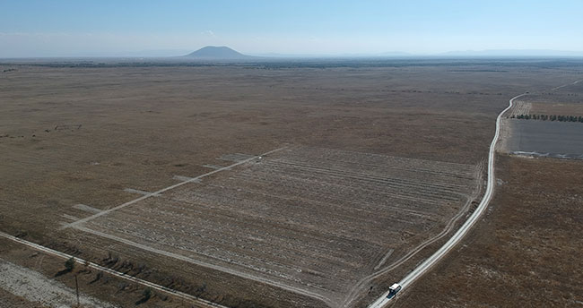 """Konya'da bu sistemle çölleşmiş arazide """"16 litre su"""" ile fidan büyüttüler"""