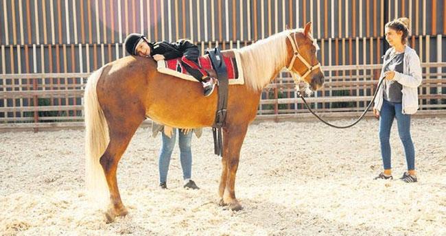 Konya'daki Selçuklu Otizmli Bireyler Merkezi'nde at üstünde engelleri aşıyorlar