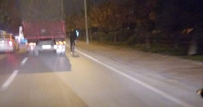 Konya'da yaşandı! Kamyon arkasında tehlikeli bisiklet yolculuğu kamerada