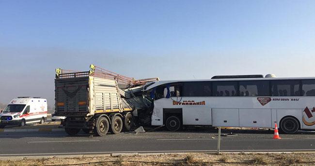 Afyonkarahisar-Konya kara yolunda yolcu otobüsüyle TIR çarpıştı: 2 ölü, 20 yaralı