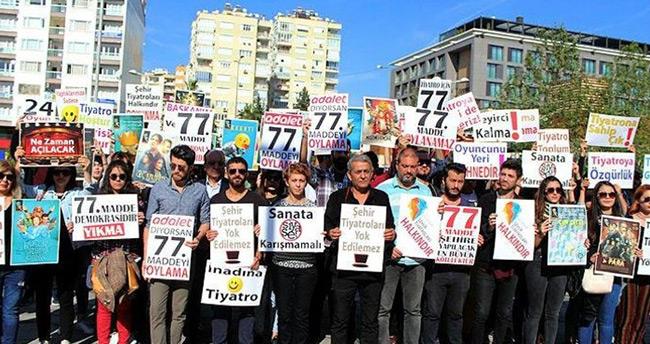 Antalya Büyükşehir Belediyesince sözleşmeleri feshedilen 49 tiyatrocu eylem yaptı