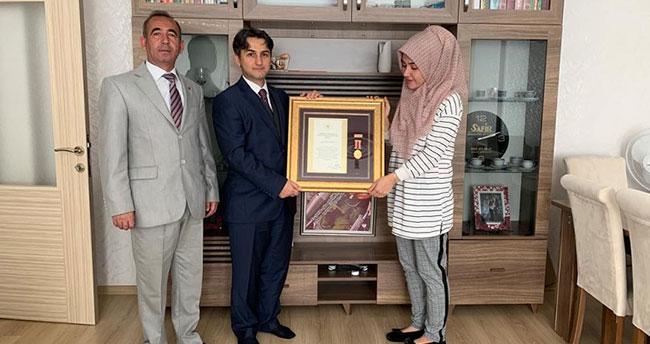 Şehit polisin eşine Devlet Övünç Madalyası verildi