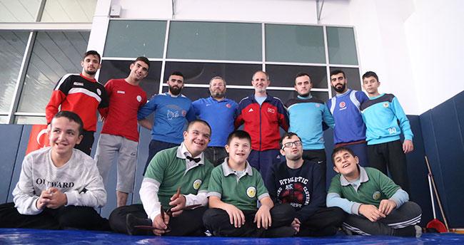 Konya'da beden eğitimi öğretmeni engelli öğrencilerini hayata bağlıyor