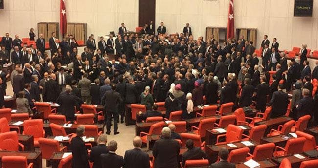 """Meclis'te """"Meyhane"""" ve """"Deli"""" kavgası çıktı"""