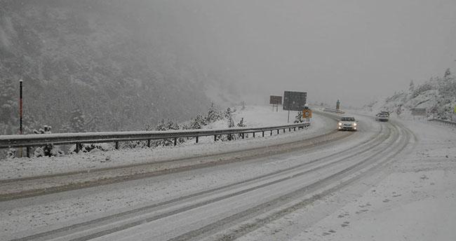 Sürücüler dikkat! Konya-Antalya kara yolunda kar yağışı etkili oldu
