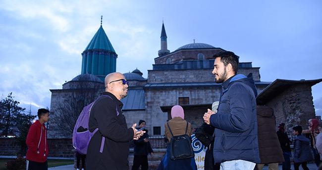Konya'da gençler turistlerle konuşarak yabancı dillerini geliştiriyor