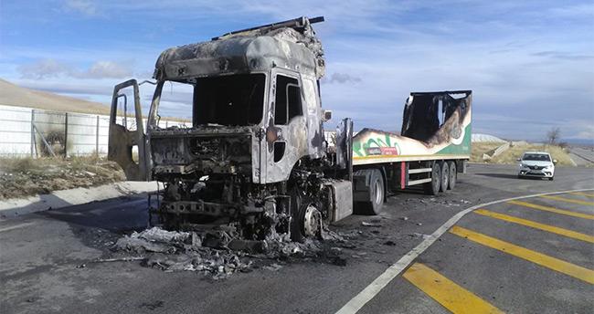 Konya'da seyir halindeki tır alev alev yandı