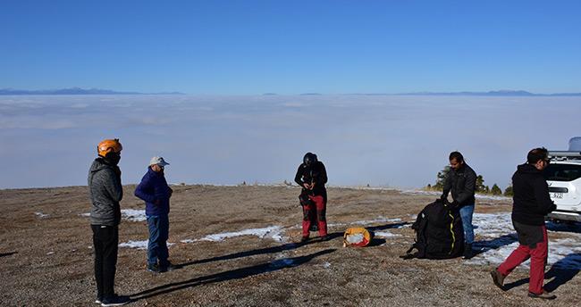 Konya'da sis bulutlarında nefes kesen yamaç paraşütü uçuşu