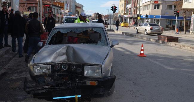 """Konya'da ehliyetsiz sürücü """"drift"""" yaparken park halindeki minibüse çarptı: 2 yaralı"""