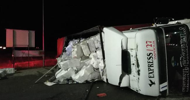 Konya'da devrilen tırın sürücüsü yaralandı!