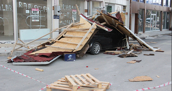 Meteoroloji bölgeyi uyarmıştı! Karaman'da şiddetli rüzgarın uçurduğu çatı otomobilin üzerine düştü