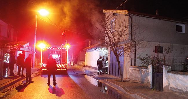 Karaman'da garajdaki hafif ticari araç yanarak kullanılamaz hale geldi