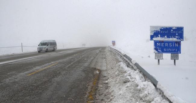 Sertavul Geçidi'nde yoğun kar yağışı nedeniyle ulaşım güçlükle sağlanıyor