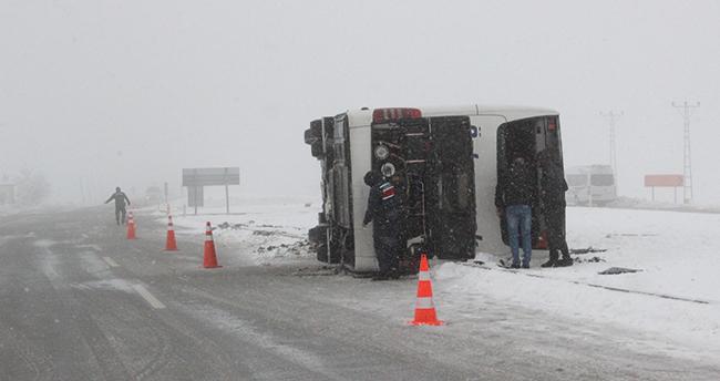 Karaman'da yolcu otobüsü devrildi: 22 yaralı