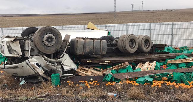 Konya'da feci kaza! Portakal yüklü kamyon devrildi: 2 ölü
