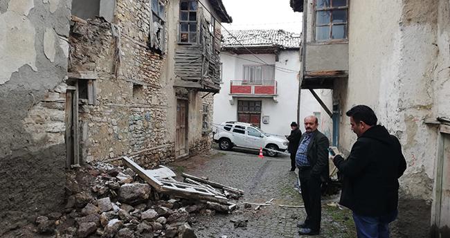 Konya'nın bu ilçesinde yoğun yağış nedeniyle binanın dış cephe duvarı çöktü