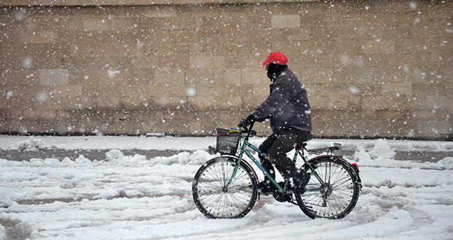 Karaman'da kar yağışı! Sertavul Geçidi'ndeulaşım kontrollü sağlanıyor