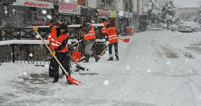 Akşehir'de kar temizliği çalışmaları aralıksız devam ediyor