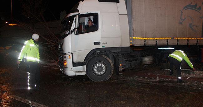 Konya'da buzlanma kazaya neden oldu! 2 tır refüje çıktı: 1 yaralı