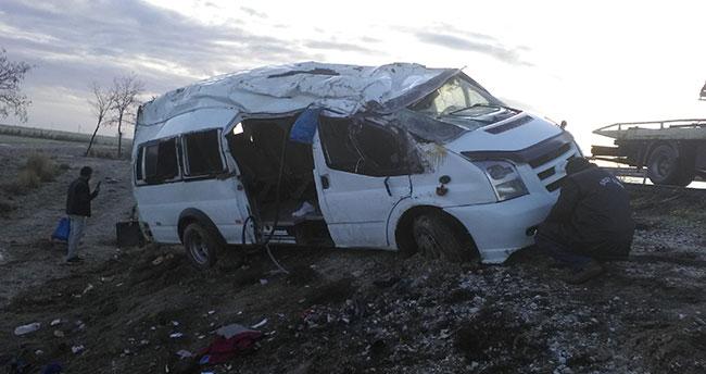Konya'da buzlu yolda araçlar şarampole yuvarlandı: 12 yaralı