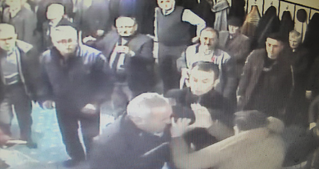 Konya'da caminin içinde tarafların birbirini darbettiği anlar güvenlik kamerasında