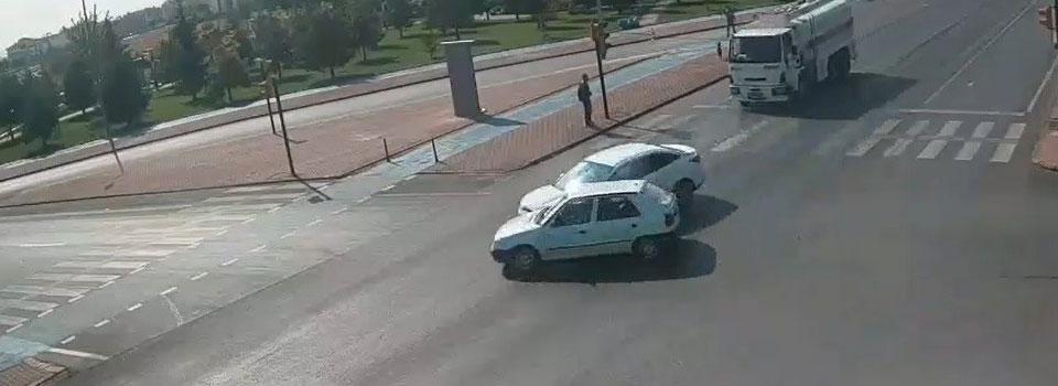 Şehir polis kamerasına yansıdı! Konya'da iki araç böyle çarpıştı