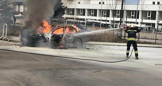 Konya'da hastane bahçesindeki otomobil alev aldı