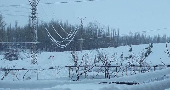 Konya'nın bu ilçesinde de kar yağışı nedeniyle elektrik nakil hatları devrildi