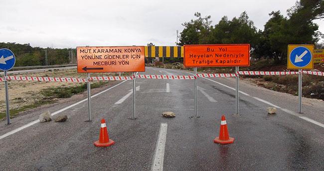 Heyelanda yol çöktü, Silifke-Karaman-Konya yolu trafiğe kapandı