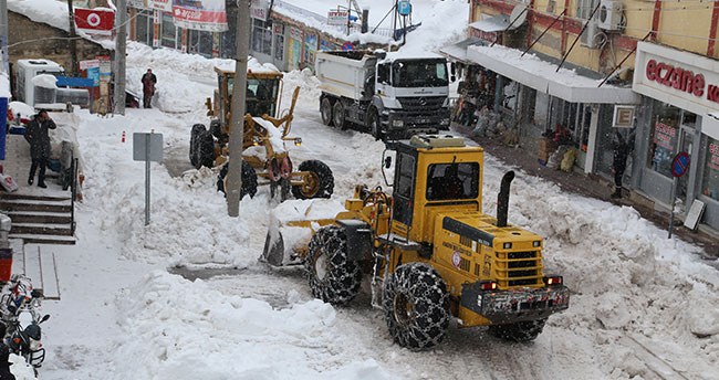 Hadim'de kar kamyonlarla ilçe dışına taşınıyor
